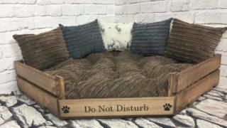 部屋角に置けるオシャレドッグベッド/Rustic wood beds